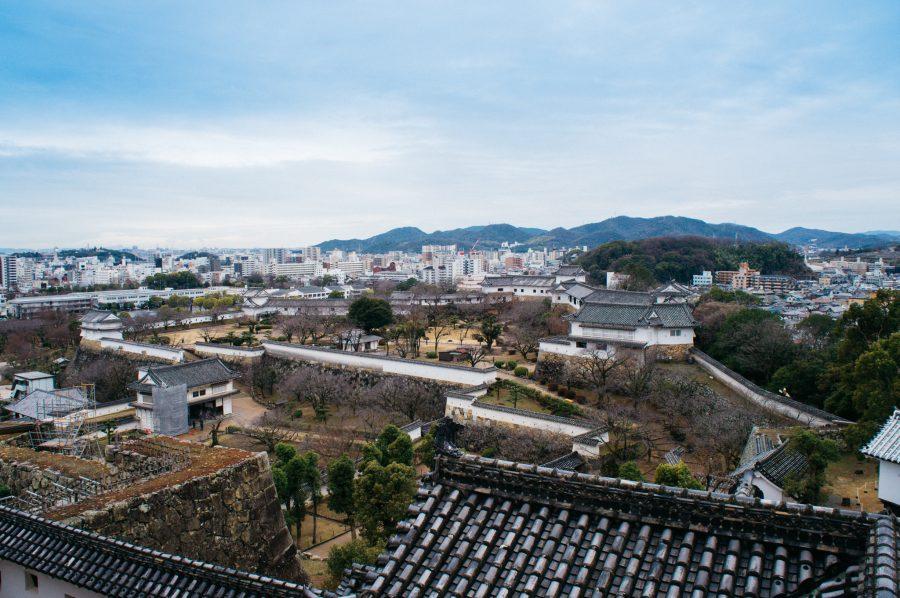 Vue sur l'enceinte du château du Himeji depuis son donjon