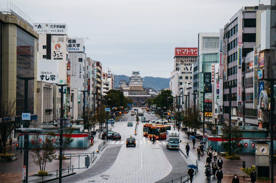 Vue sur le château d'Himeji entre les immeubles de l'avenue Otemae, depuis la gare