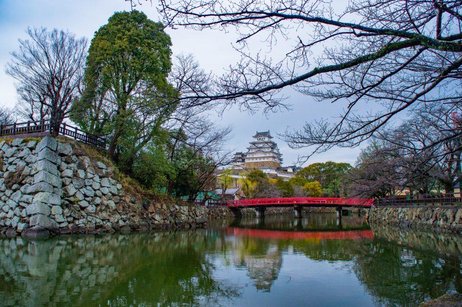 Château japonais et pont rouge qui traverse les douves