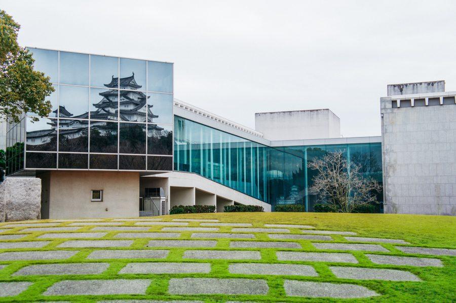 Reflet du château de Himeji dans le bâtiment du Musée d'Histoire de la Préfecture de Hyogo de l'architecte Kenzo Tange
