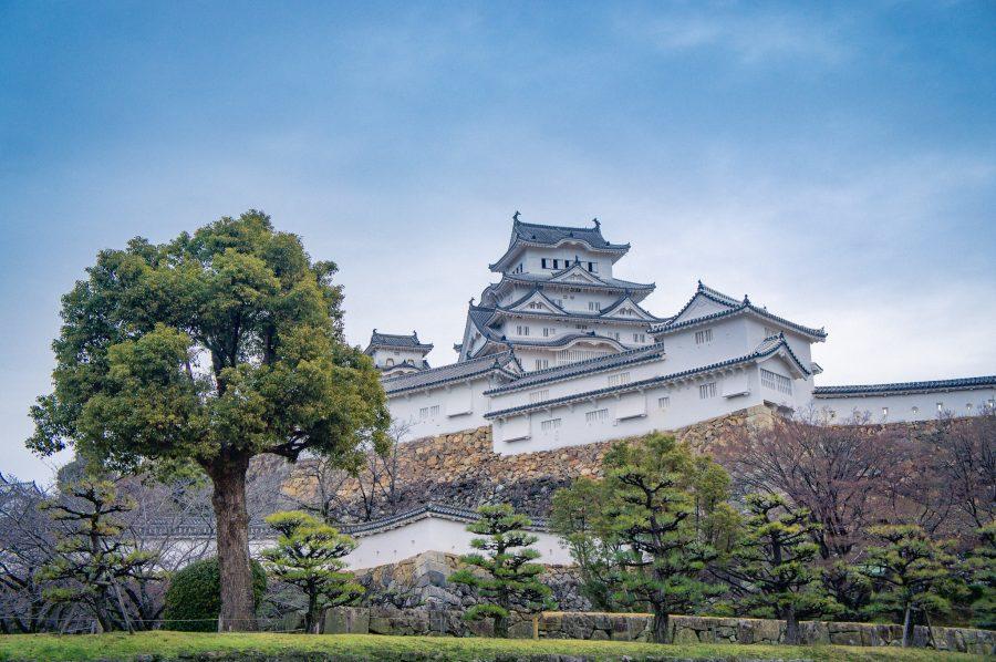 Le donjon du château de Himeji derrière des murs de fortifications