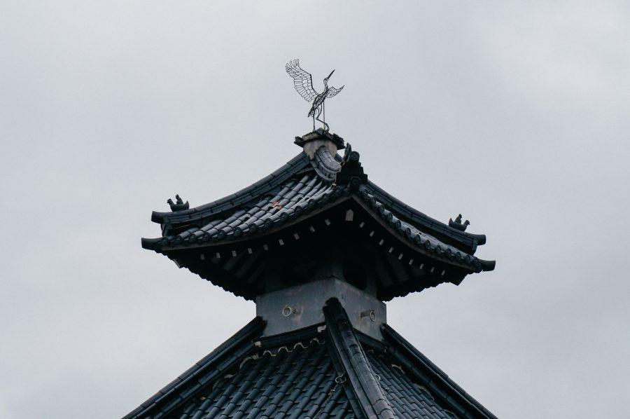 oit d'un onsen, surmonté d'une sculpture représentant une cigogne blanche japonaise