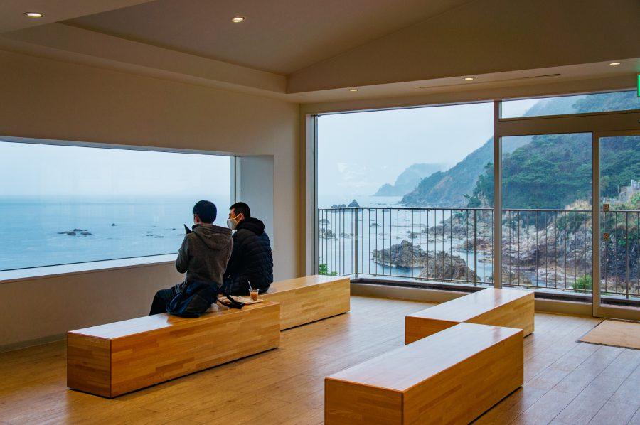 L'intérieur d'un café moderne avec vue sur la mer au Japon