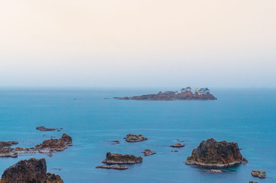 Le palais Ryugu-jo, représenté sur un rocher dans la mer du Japon