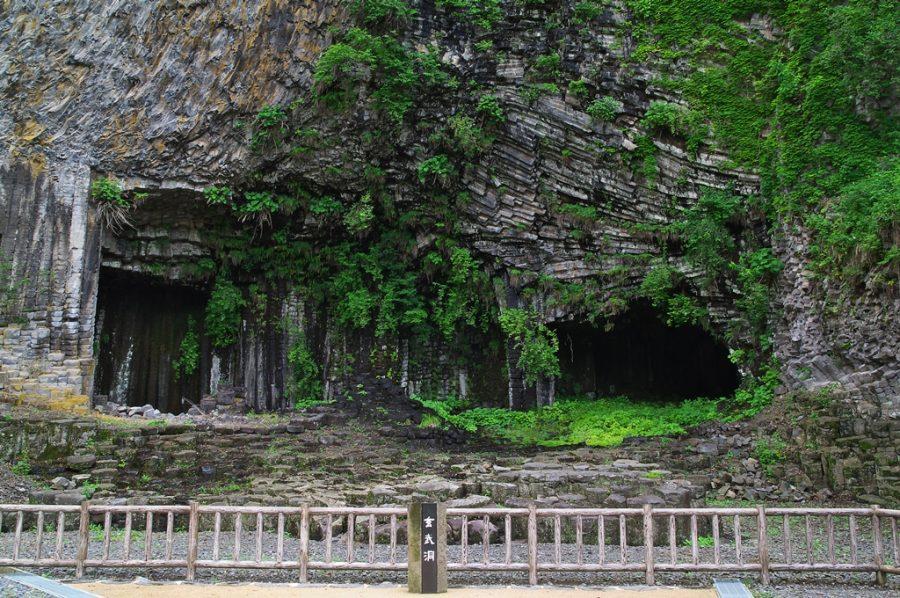 Caverne de basalte de Genbudo au Japon